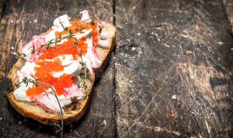 Skjuta in med krabbakött, champinjoner och den röda kaviaren royaltyfria bilder