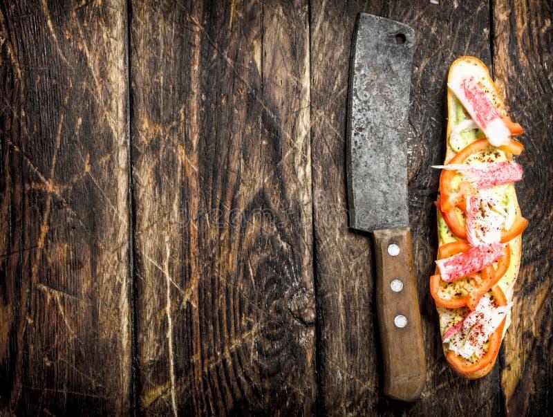 skjuta in med tomater, krabbakött och kryddig sås på en ny bulle royaltyfri foto