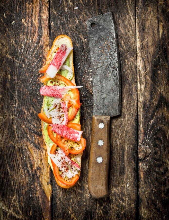 skjuta in med tomater, krabbakött och kryddig sås på en ny bulle arkivbild