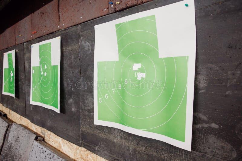 Skjutbanavapen Pappers- mål i vit och grön färg för slag royaltyfri bild