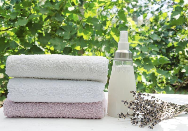 Skjuten lodlinje Nya tvättade mjuka handdukar Flaska av utomhus- lavebdersoftener och rena handdukar fotografering för bildbyråer
