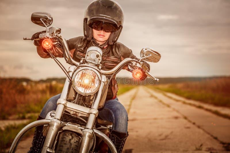 skjuten motorcykel för cyklistflickamorgon arkivbilder