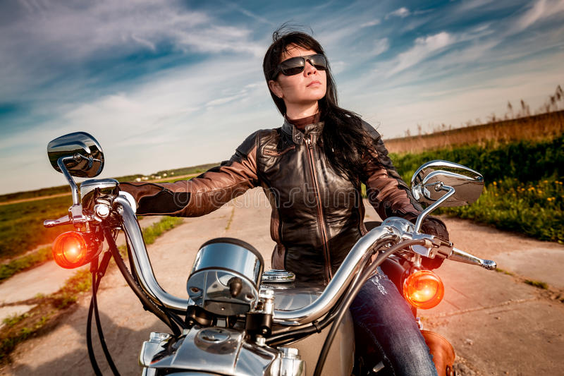 skjuten motorcykel för cyklistflickamorgon royaltyfri foto