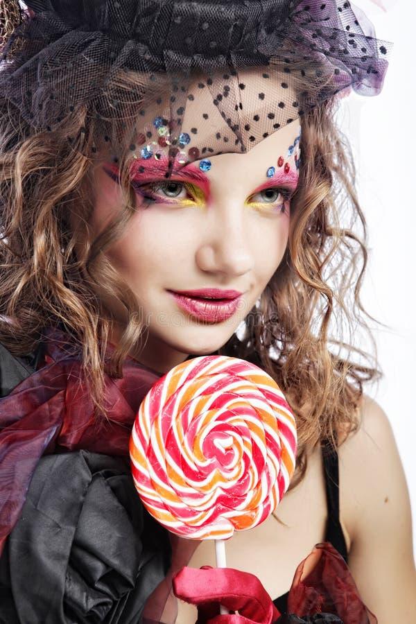 skjuten stilkvinna för docka mode idérikt smink Fantasidr fotografering för bildbyråer