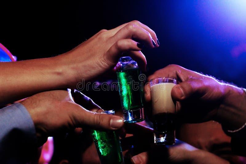 Skjuten Tequila, färgrik alkohol i genomskinligt exponeringsglas i Mexiko - stad, mexikansk drink royaltyfria foton