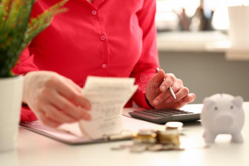 Skjuter den finansiella inspektören för den kvinnliga handen tangent fotografering för bildbyråer