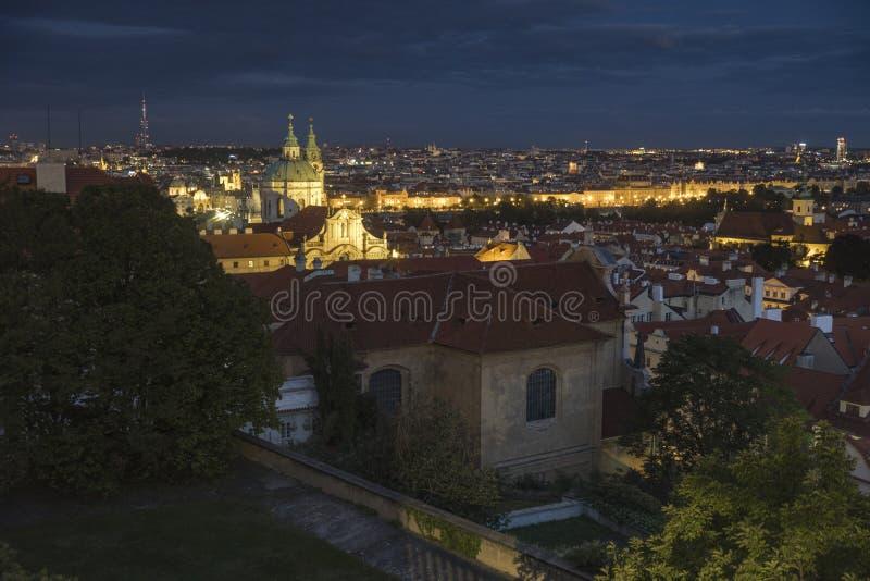 Skjutit över tak och horisont av Prague på skymning royaltyfri bild