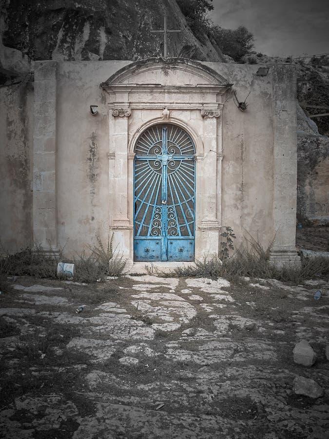 Skjutit av den Cava jultomtenhuvudbyggnaddörren arkivfoto