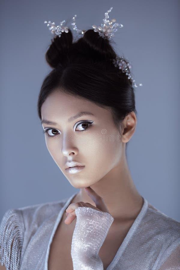 Skjutit av en futuristisk ung asiatisk kvinna arkivfoton