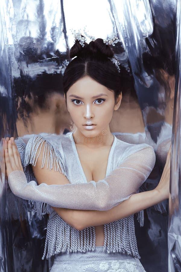 Skjutit av en futuristisk ung asiatisk kvinna royaltyfria bilder