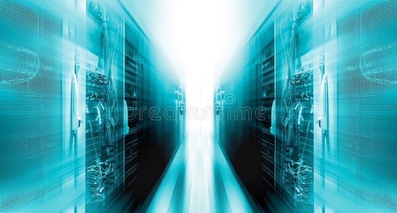 Skjutit av korridoren i funktionsduglig datorhall mycket av kuggeserveror och Supercomputers med snabb Inernet Visualizationproje stock illustrationer