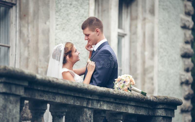 skjutit bröllop för brud brudgum royaltyfri foto