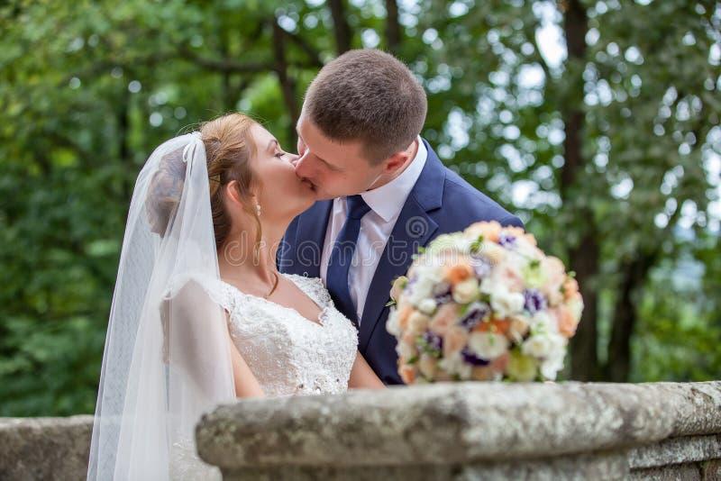 skjutit bröllop för brud brudgum arkivfoto