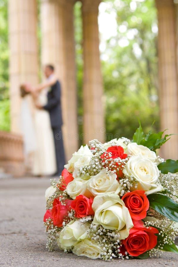 skjutit bröllop för brud brudgum arkivfoton