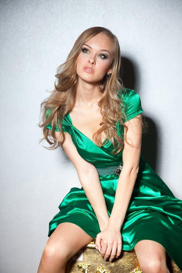 skjutit sitta för klänningflicka som green är stilfullt royaltyfria bilder