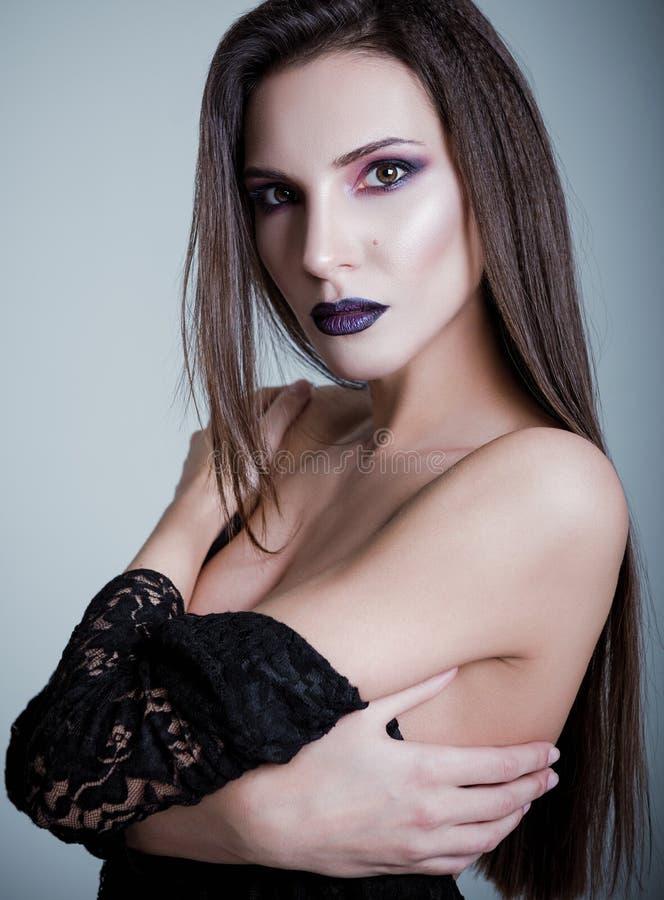 Skjutit studiomode: closeupstående av den nätta unga kvinnan arkivfoton