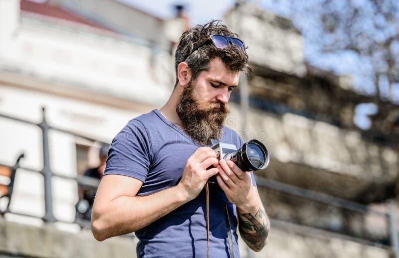skjutit trevligt retro fotografisk utrustning hipsterman i sommarsolglas?gon Foto av naturen Reporter eller journalist royaltyfri foto