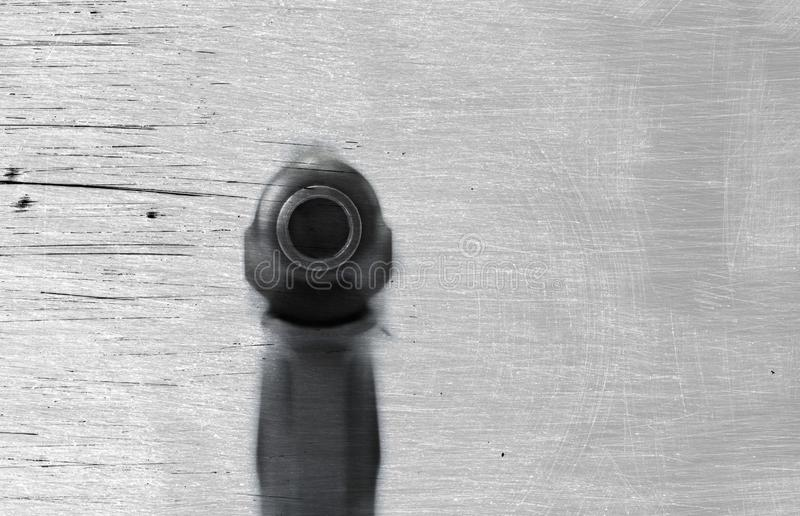 Skjutvapenvapen på en bakgrund och en textur arkivfoto