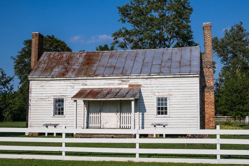 Sklaven-Cabin Built im Jahre 1830 s am Schloss des Speckes in Surry, VA lizenzfreie stockfotos