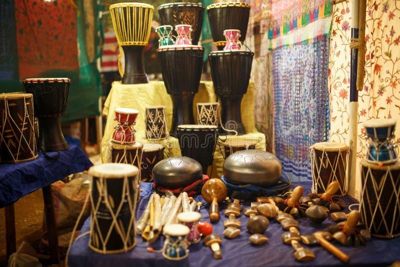 Sklep instrumenty muzyczni na Arambol pla?y GOA, INDIA fotografia stock