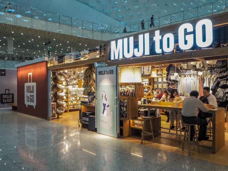 Sklep Japoński styl życia gatunek Muji Iść, sprzedaje minimalistycznych podróż produkty obrazy royalty free