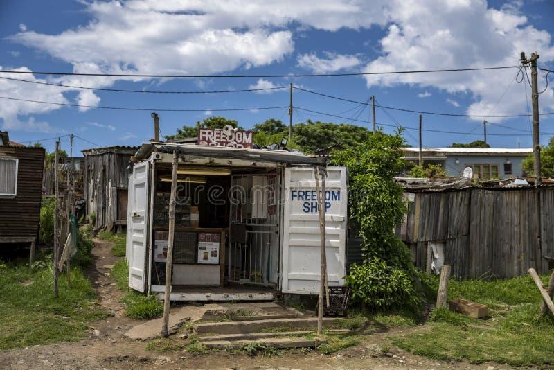 Sklep w południu - afrykańska społeczność miejska obrazy royalty free