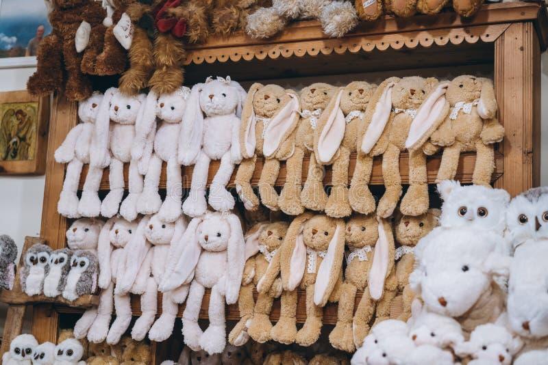 Sklep wystawia rozmaitość opóźnione puszyste miÄ™kkie zabawki dla sprzedaży zdjęcie royalty free