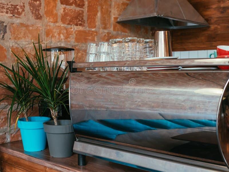 Sklep z kawą stali nierdzewnej producenta wewnętrzni szkła fotografia royalty free