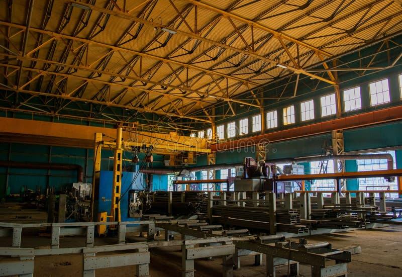 Sklepowy dziurkowanie zaciera się przy produkcji miejscem przemysłowa roślina machine metalu przerób zdjęcie royalty free