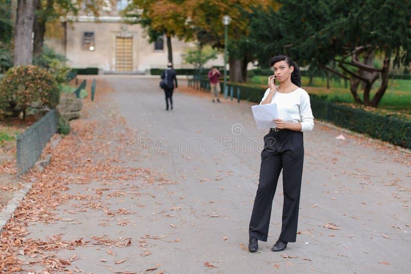 Sklepowy konsultant opowiada z klientami smartphone i chodzącym o obraz royalty free
