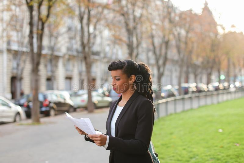Sklepowy konsultant opowiada z klientami smartphone i chodzącym o obrazy stock