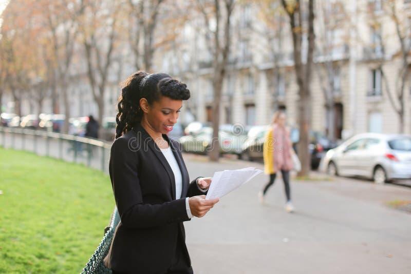 Sklepowy konsultant opowiada z klientami smartphone i odprowadzeniem obrazy royalty free