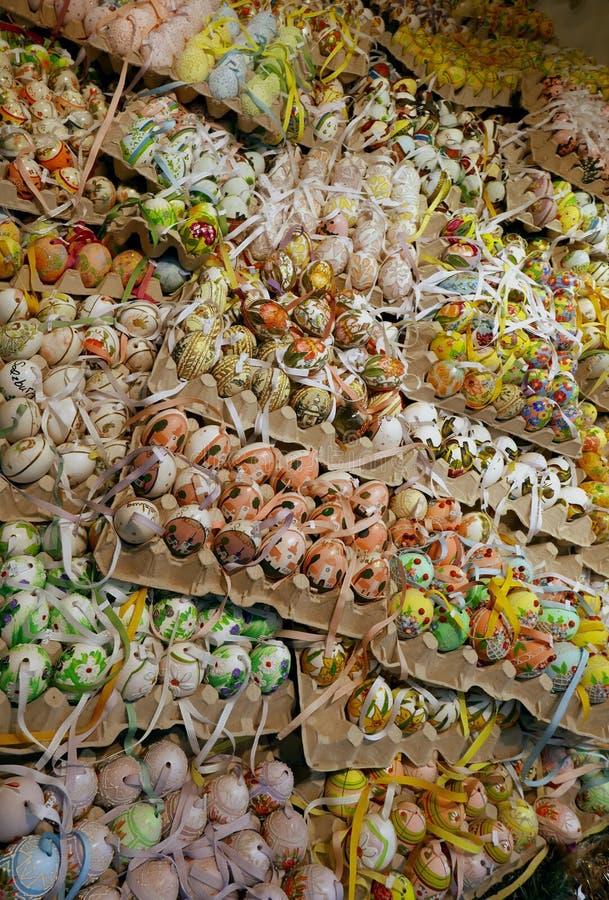 Sklepowy sprzedawanie dekorujący jajka zdjęcia royalty free