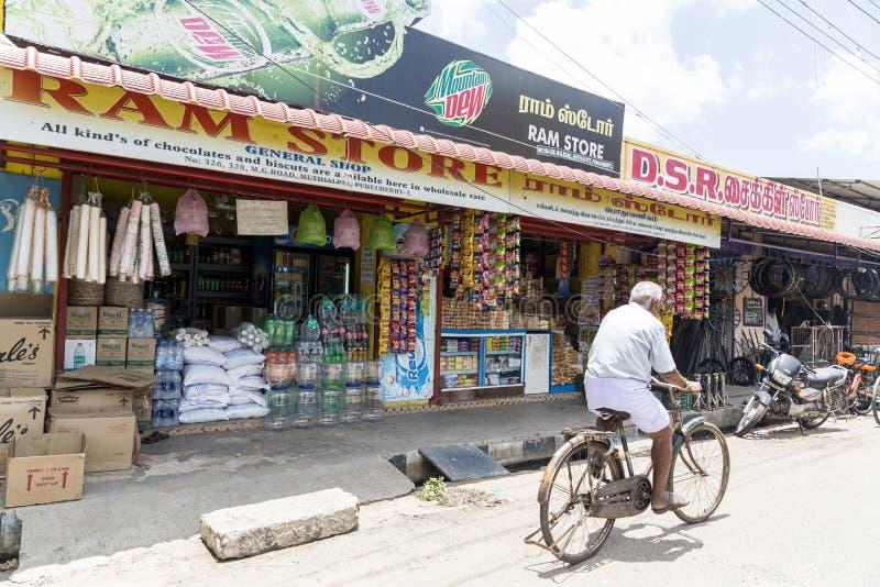 Sklepowy sprzedawcy ulicznego sprzedawania jedzenie i inni towary wieśniacy przy tygodnikiem wprowadzać na rynek w wiosce zdjęcia royalty free