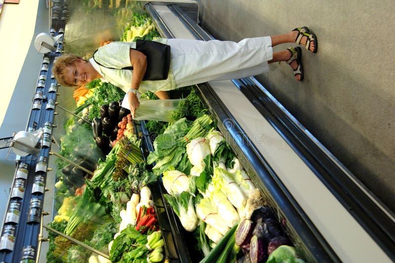 sklepu spożywczego zakupy starsza kobieta obraz stock