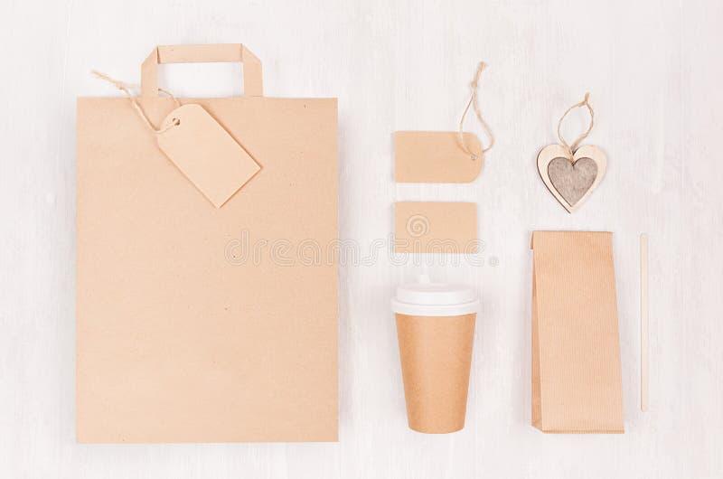 Sklepu z kawą szablon dla oznakować tożsamość - brąz papierowa filiżanka z pustą torbą, paczka, etykietka, karta, drewniany serce zdjęcia stock