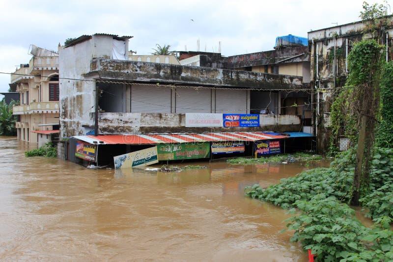 Sklepy i budynki zanurzają w wodzie powodziowej zdjęcia stock