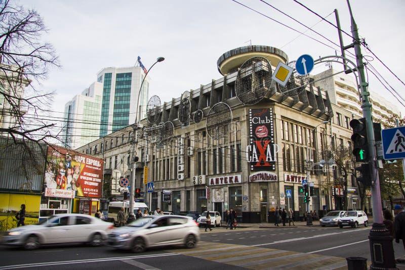 Sklepy i kluby nocni Chodzić w dół Krasnaya ulicę obraz stock