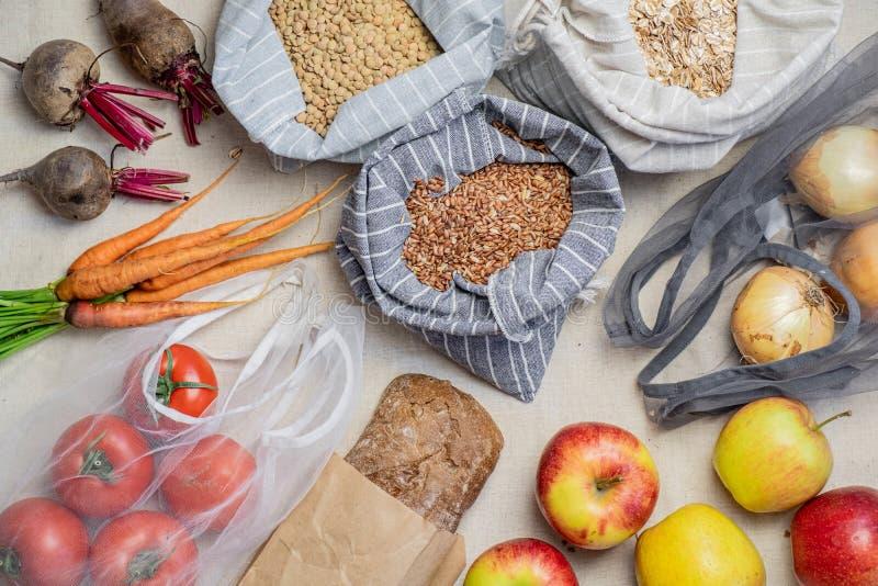 Sklepy spożywczy w reusable torbach na naturalnym lna lub konopie tle, odgórny widok obraz stock