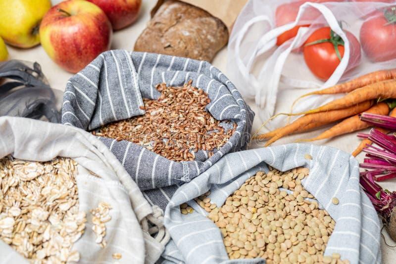 Sklepy spożywczy w reusable torbach na naturalnym lna lub konopie tle obraz stock