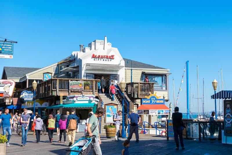 Sklepy, turyści i miejscowi wokoło Alcatraz prezenta sklepu przy rybaka nabrzeżem, obraz stock