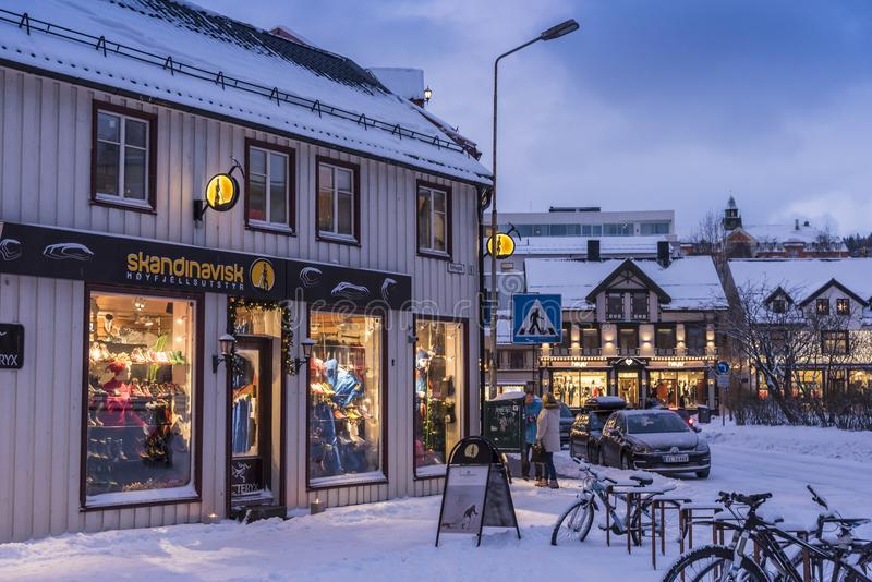 Sklepy w drewnianych budynkach Tromsø obrazy stock