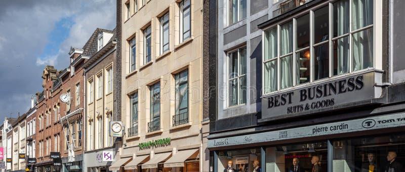 Sklepy w dzień znajdują się na ulicy Demer Eindhoven, Niderlandy obrazy stock
