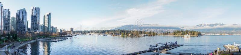 Skline e montanhas vistos do porto no lugar de Canadá em Vancôver fotos de stock royalty free