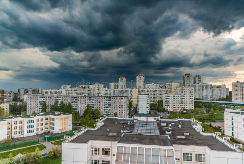 ?skmoln i himlen ?ver staden arkivfoton