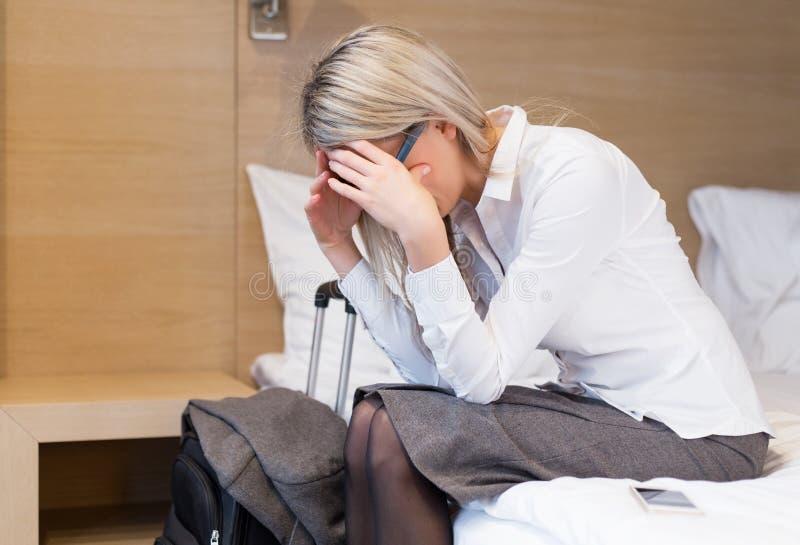 Skołowana biznesowa kobieta w pokoju hotelowym obraz royalty free