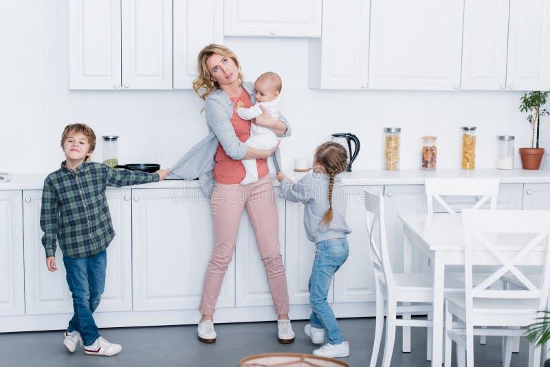 skołowana matka z trzy dzieciakami przyglądającymi w górę ilustracja wektor
