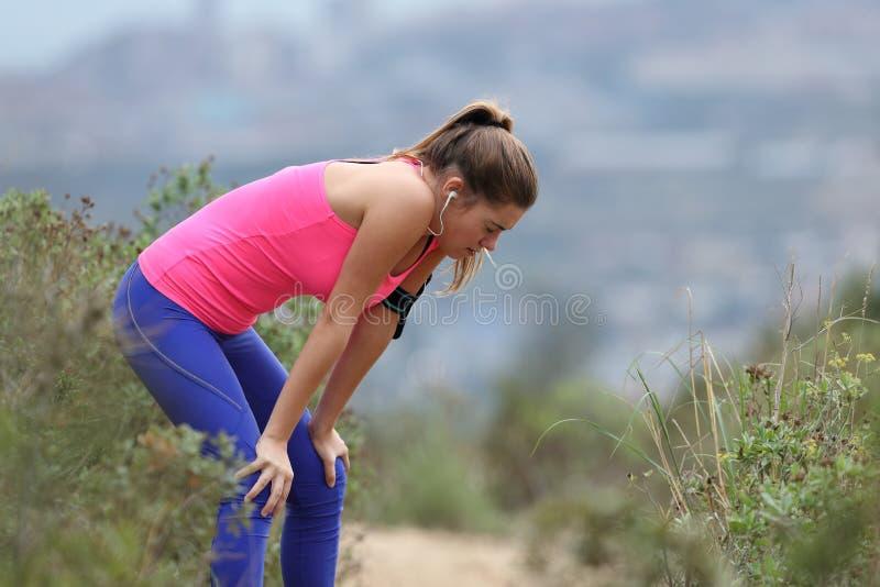 Skołowany biegacz odpoczywa wewnątrz po bieg fotografia royalty free