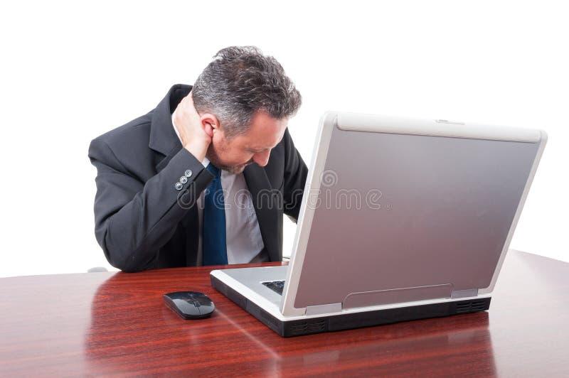 Skołowany kierownik w biurze ma szyja ból zdjęcia royalty free