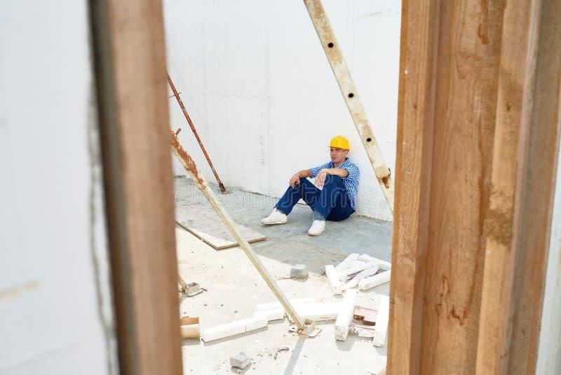 Skołowany pracownik budowlany Bierze przerwę zdjęcie royalty free